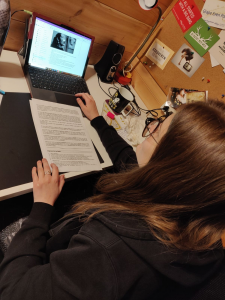 Durch verschiedene Anwendungen wie OneNote oder Teams lässt sich der Unterricht auch von zuhause aus gut bewältigen. Mit unseren Lehrern verständigen wir uns zusätzlich über e-Mail. Das selbstständige Arbeiten macht mir viel Spaß. (Luisa, 7B)